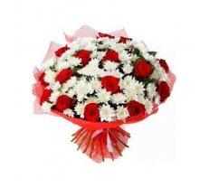 Pušķis no baltām krizantēmām un sarkanām rozēm