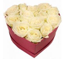 Baltas rozes sirds formas dāvanu kastē (pēc izvēles - 3 izmēri)
