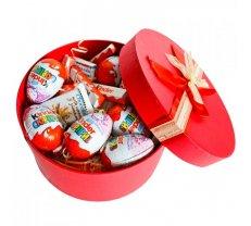 Kinder saldumi apaļā dāvanu kastē